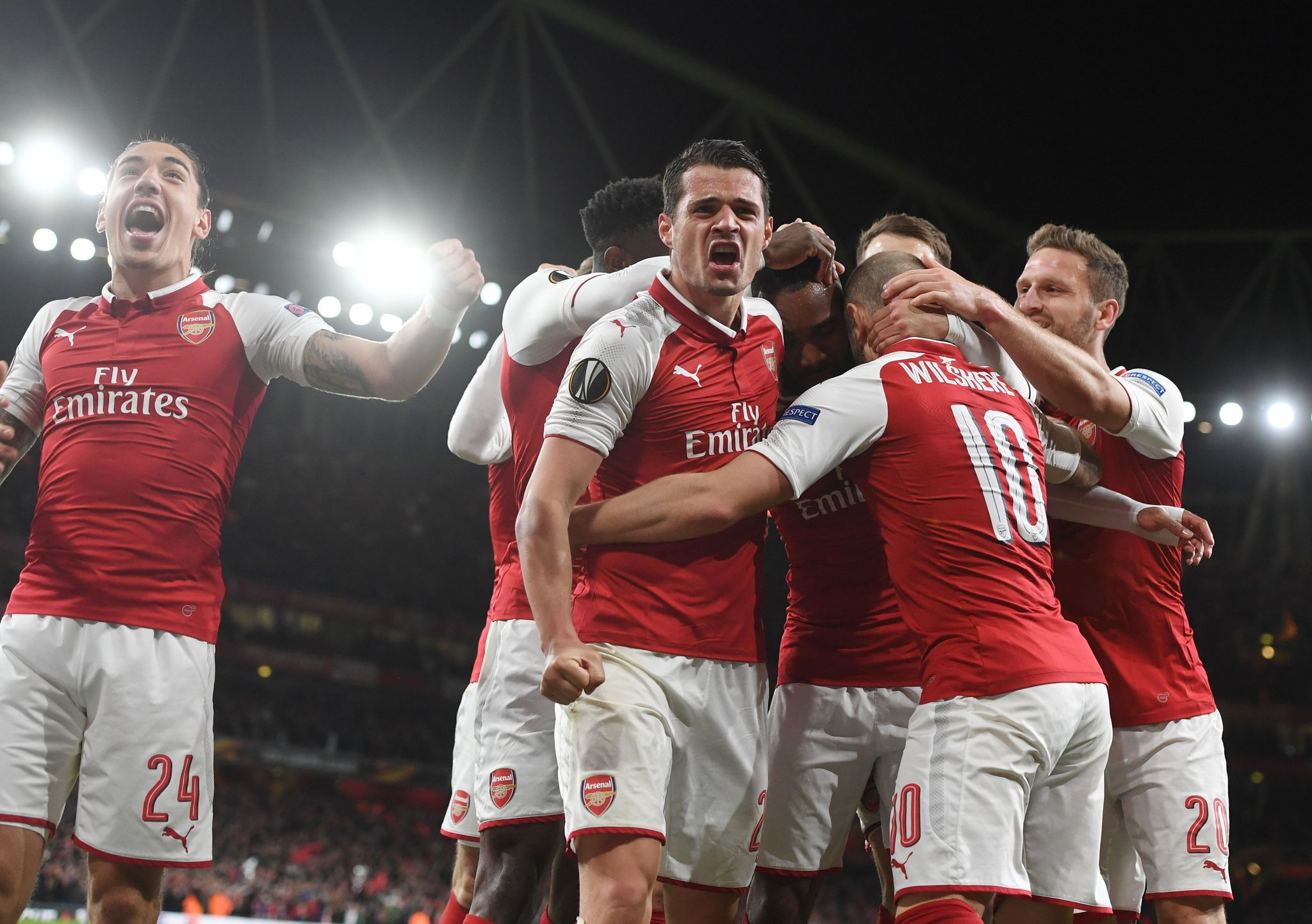 ARSENAL SQUAD CELEBRATING
