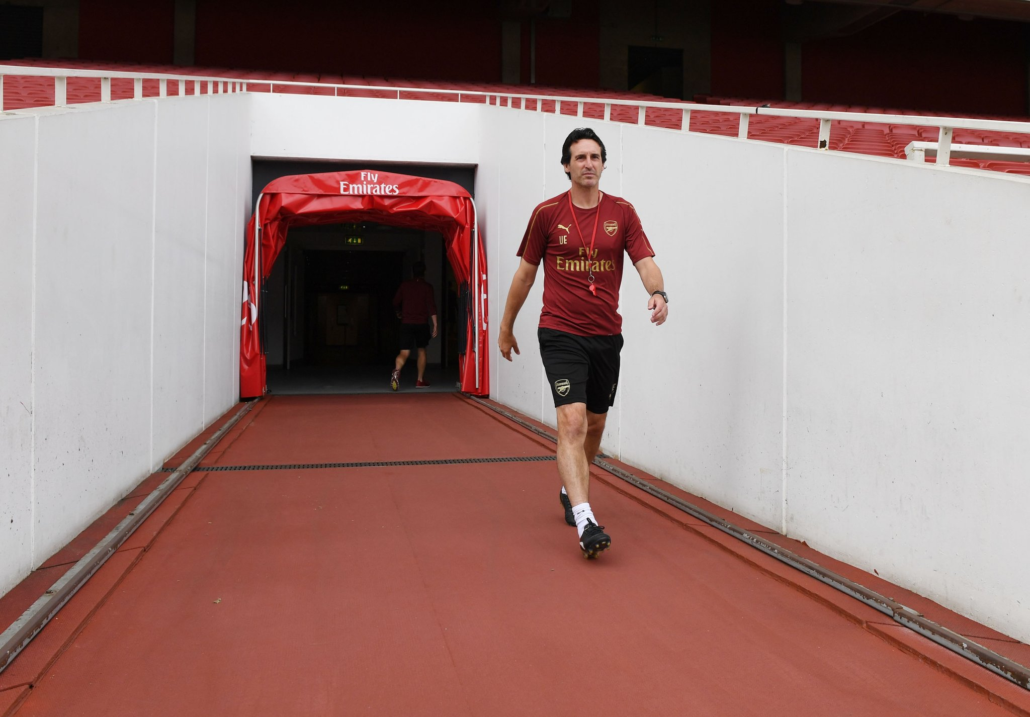 Arsenal manager Unai Emery entering the pitch
